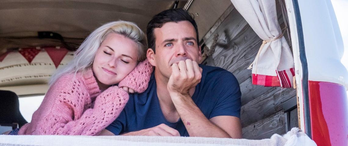 Un couple dans un van aménagé