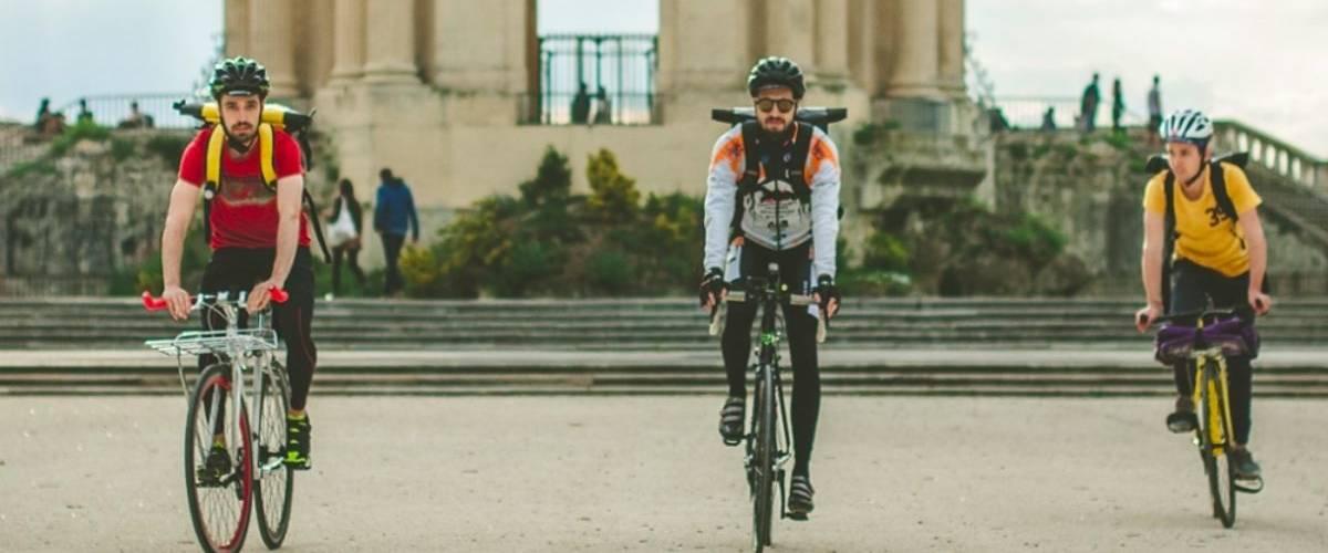 Trois livreur à vélos à la Promenade du Pérou à Montpellier (Hérault)