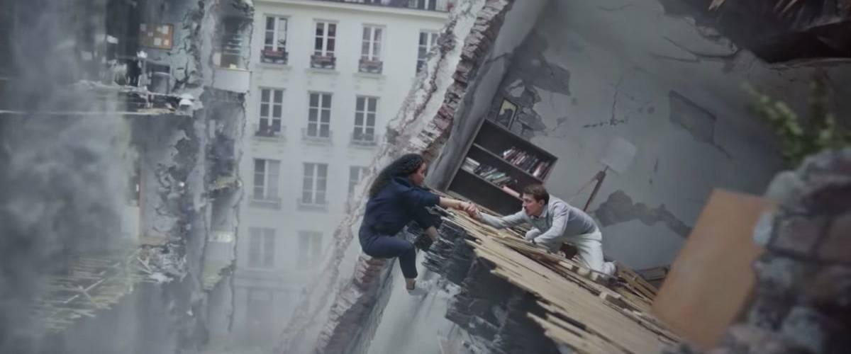 Un homme et une femme se tiennent la mains dans un immeuble détruit