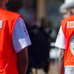 Des bénévoles de la Croix-Rouge de dos