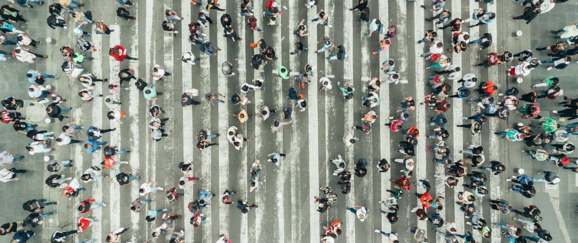 Une foule de gens en train de traverser à un passage piéton