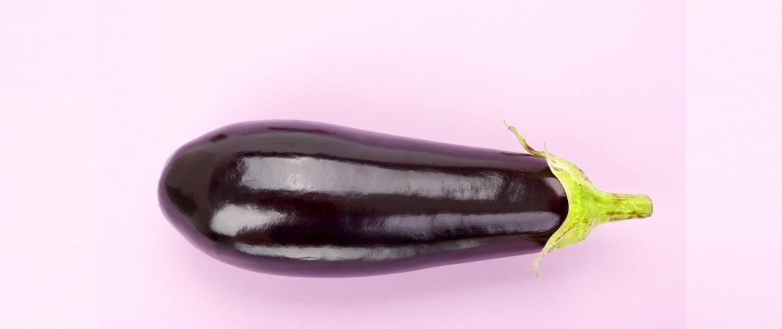 une aubergine sur un fond rose