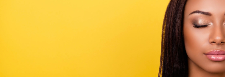 femme de couleur sur fond jaune