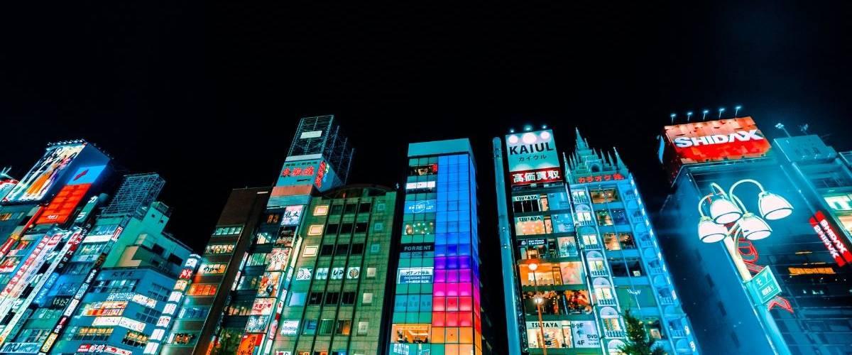 Gratte-ciels dans la ville de Tokyo, de nuit