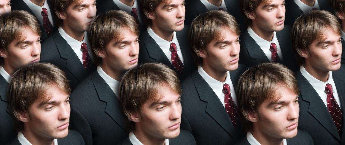 Rangées d'hommes blancs jeunes en cravate.