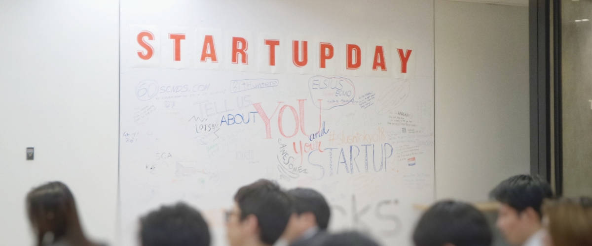 Tableau avec écrit  - startup day''