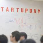 """Tableau avec écrit """"startup day''"""