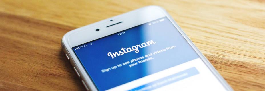 Smartphone, allumé sur une page dur réseau social, Instagram