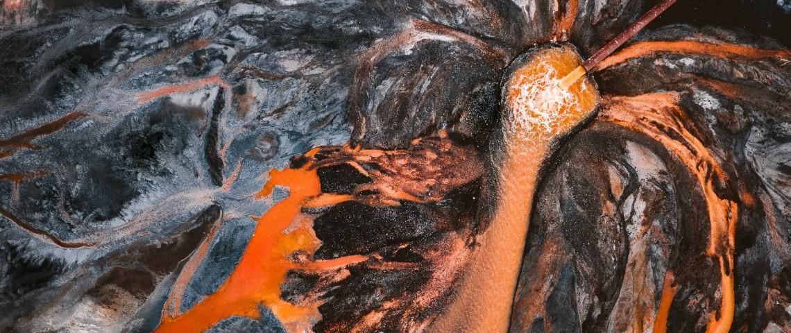 photo d'une rivière orange polluée