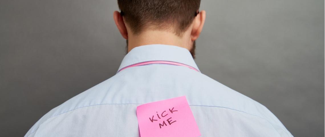 un homme se fait martyriser au travail