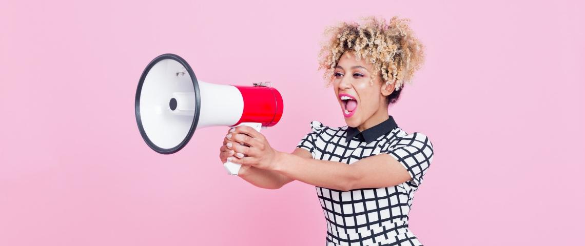 une femme parle dans un mégaphone