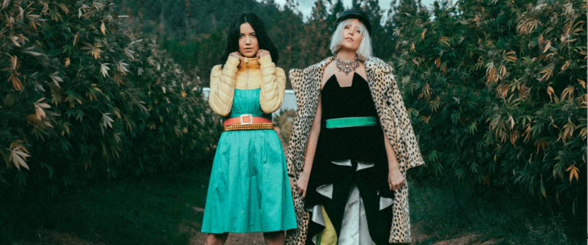 Deux femmes pose dans une culture de cannabis