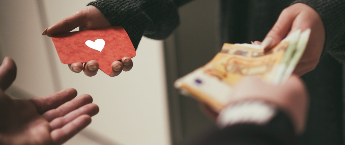Deux personnes en train d'échanger des likes contre de l'argent