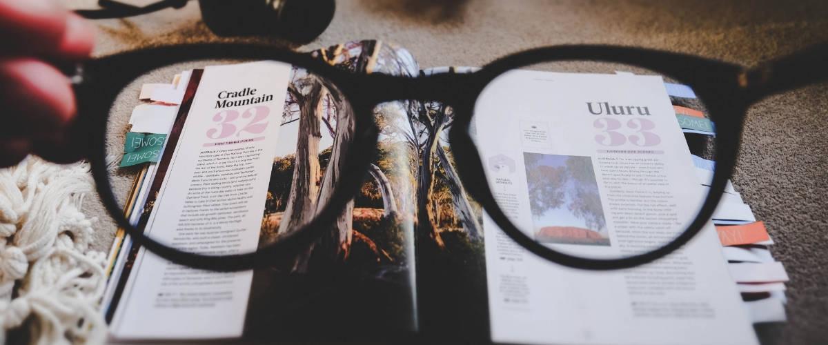 Une paire de lunettes devant un magazine papier