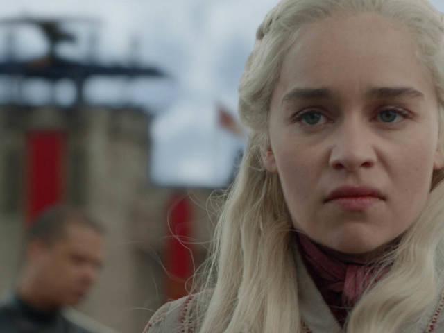 une jeune femme blonde en colère qui tourne le dos à un chateau