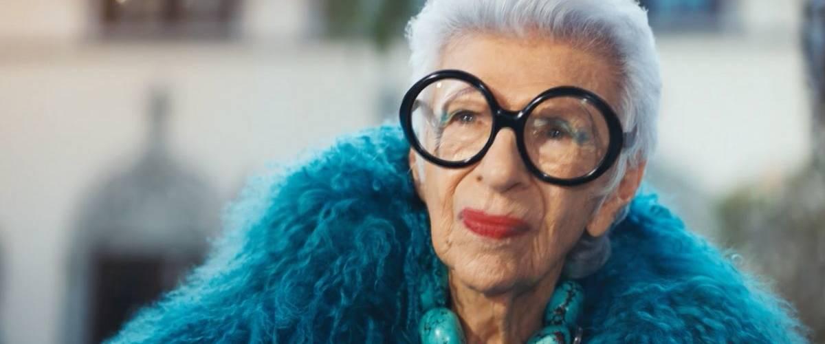 Iris Apfel portant une fourrure bleu et de grandes lunettes, dans le spot Magnum