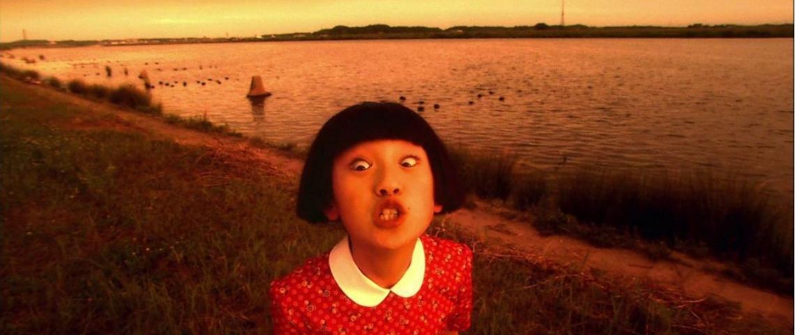 une jeune fille japonaise fait la grimace