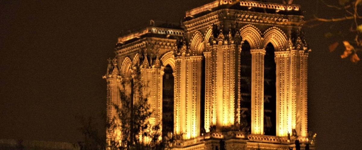 Les tours de la cathédrale Notre-Dame de Paris la nuit