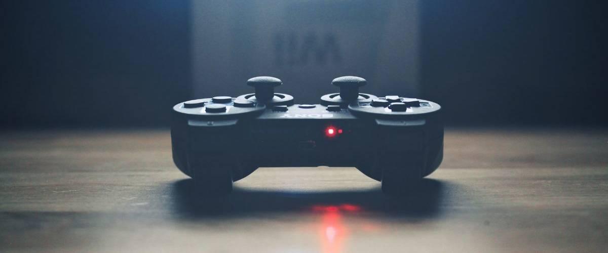 Une manette de console de jeux Sony