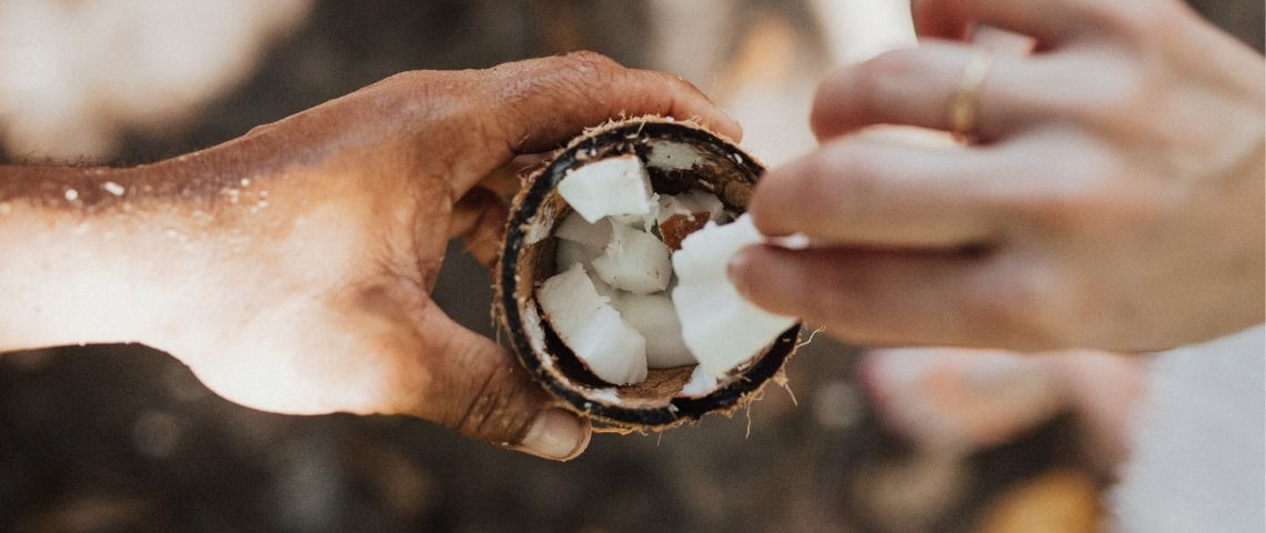 Deux personnes se partagent une noix de coco