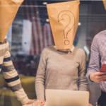 Une réunion avec des gens dont les visages sont couverts par des sacs en papier