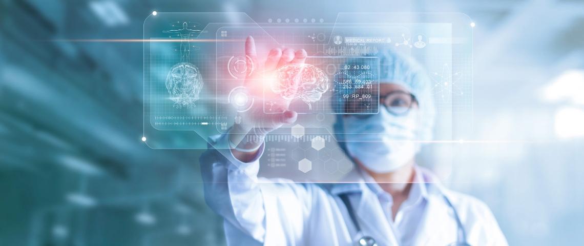 Un médecin consulte des résultats médicaux en réalité augmentée