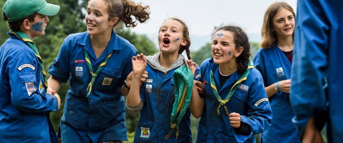 Des Scouts en chemise bleue
