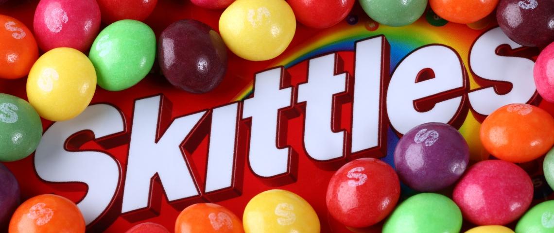 Un paquet de Skittles en gros plan