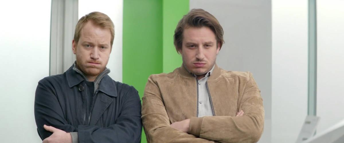 Deux homme regardent face caméra en boudant