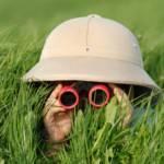 Aventurier caché dans les hautes herbes