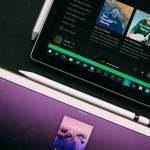 Deux tablettes numériques sur la plateforme de musique Spotify