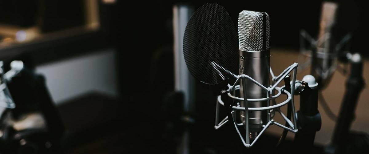 Microphone argenté dans un studio d'enregistrement sombre