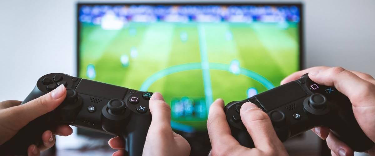 Deux personnes qui jouent à des jeux vidéos