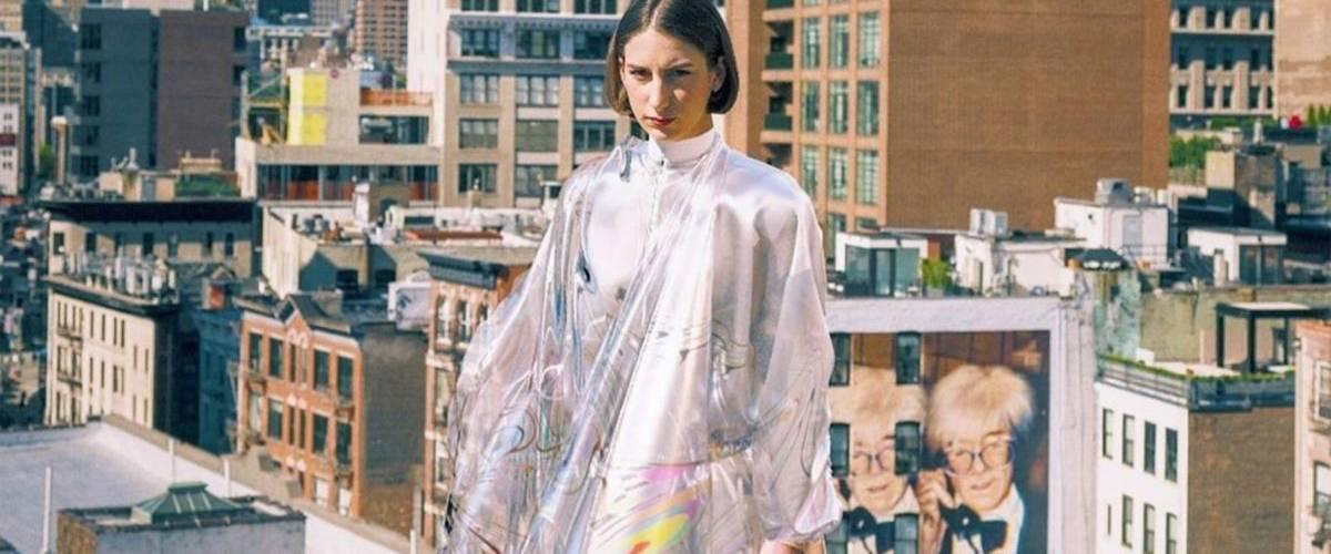 Une femme portant le modèle Iridesence, première robe virtuelle