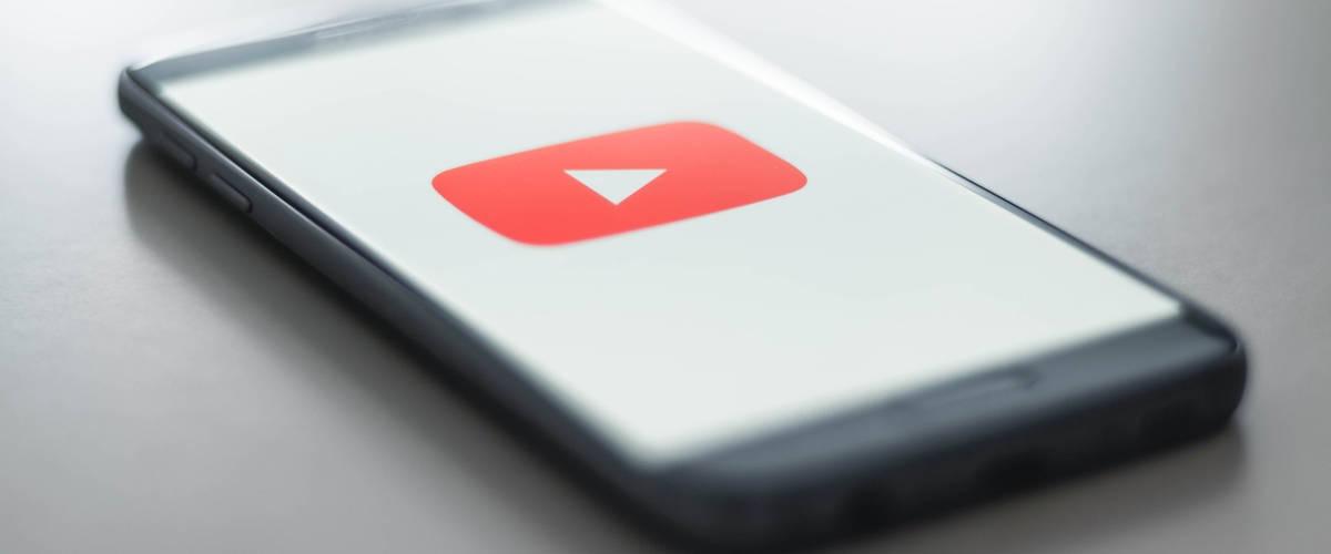 Smartphone avec sur son écran le logo de la plateforme vidéo Youtube