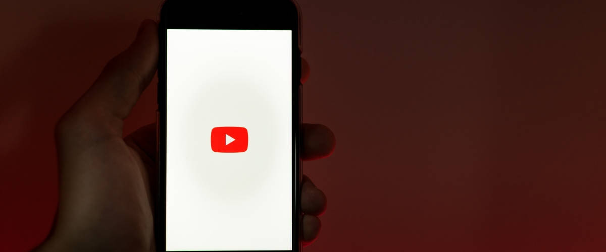 Smartphone sur l'application YouTube