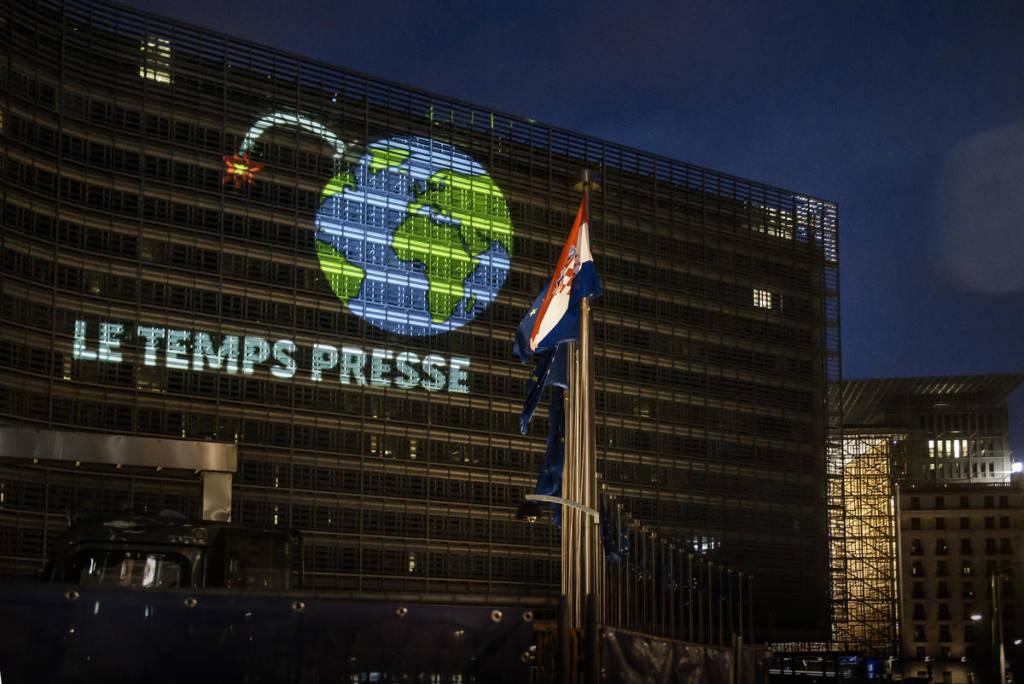 Projection d'un globe terrestre sur le façade de la Commission européenne à Bruxelles