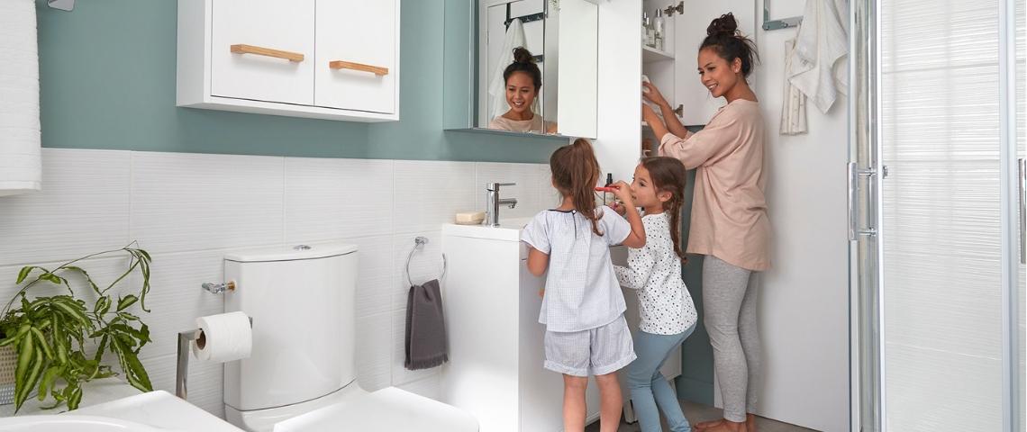 Une famille dans une salle de bain