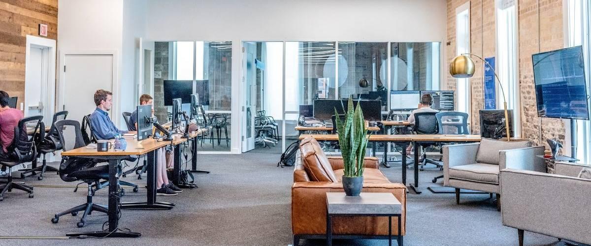 Deux hommes travaillent dans un espace de co-working