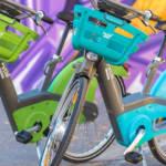 Deux vélib' devant un tag