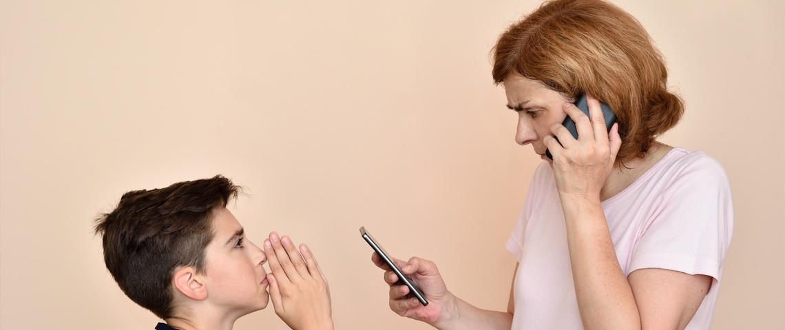 Un enfant supplie sa mère qui utilisent deux téléphones en même temps.
