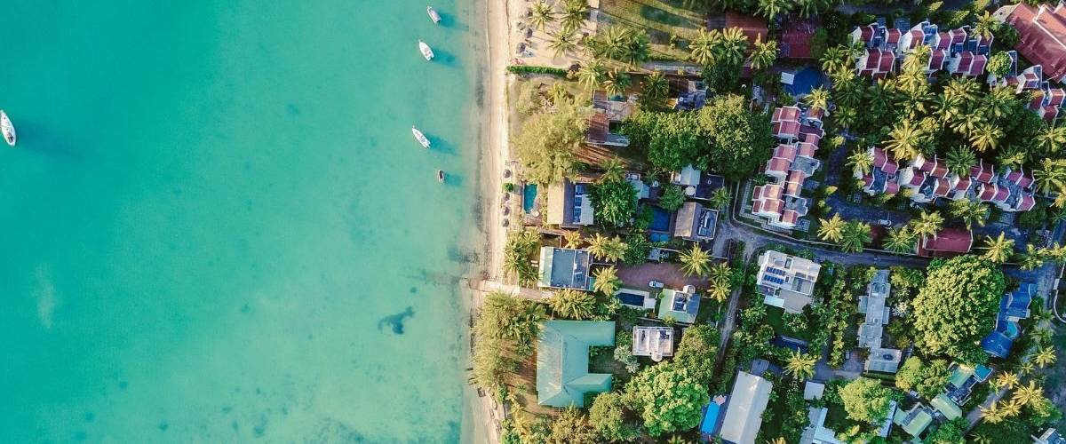 Vue du ciel d'une île tropical. Des villas et des bateaux sur une eau translucide