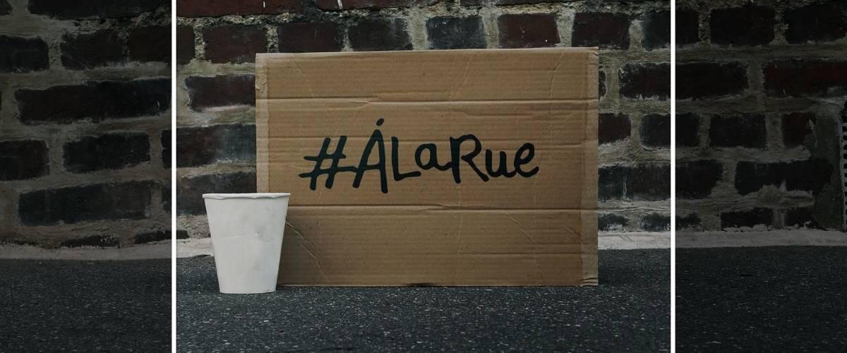 Un carton avec inscrit #alarue