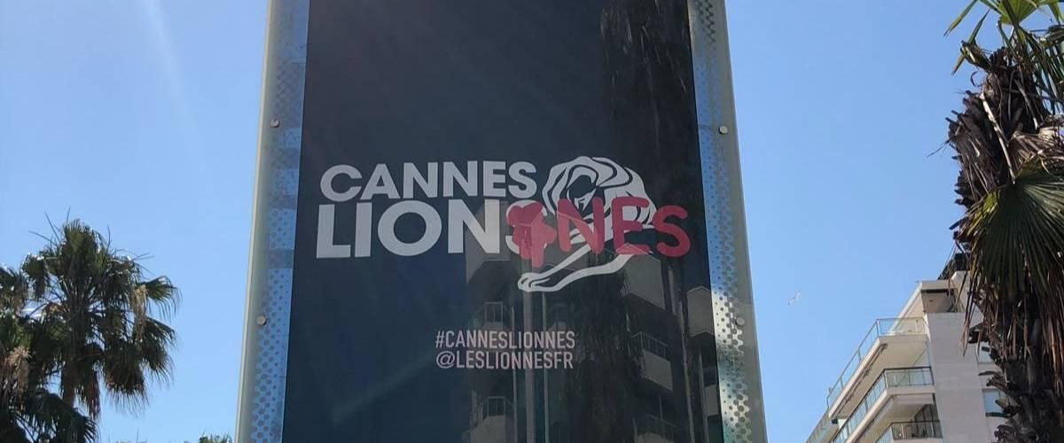 Une affiche pour le festival Cannes Lions tagué d'un  - lionnes -