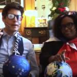 deux personnalités politiques grimé en supporters de foot sur un canapé