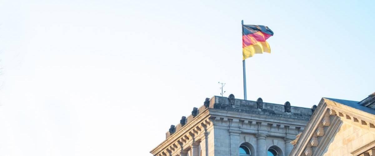Un drapeau allemand au dessus d'un bâtiment