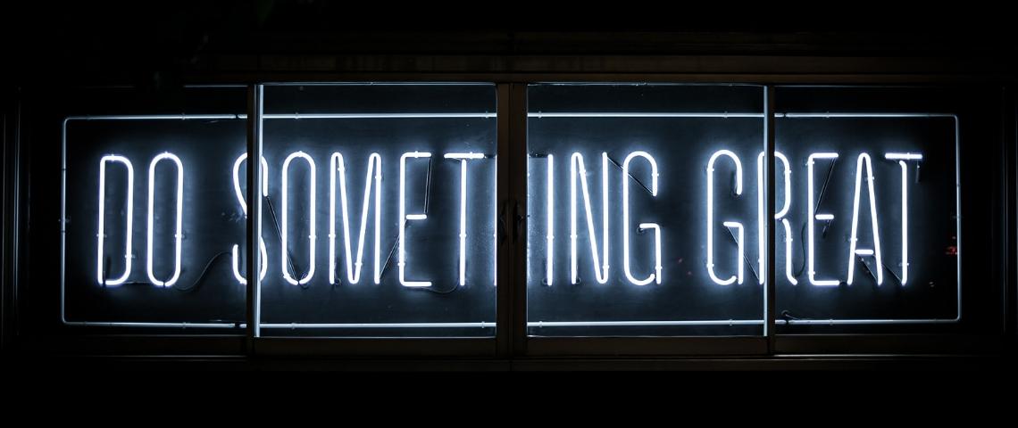Un signe lumineux avec écrit Do Something Great