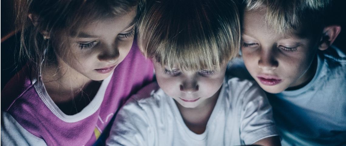 trois enfants devant un écran