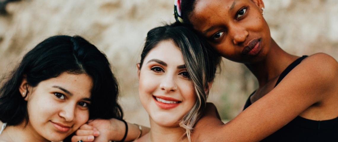 3 femmes enlacées les unes aux autres