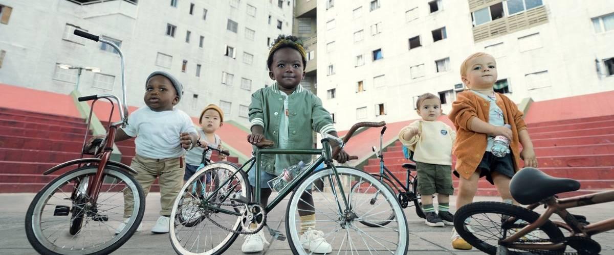 Des bébés avec des vélos
